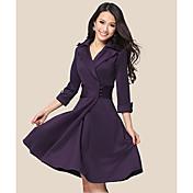 ボタン付きの女性のエレガントなラペルラップドレス
