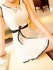 Atraktivní dáma šaty