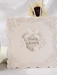 結婚式の招待状の古典的な花柄は黄金の弓でエンボス加工された(50個セット)