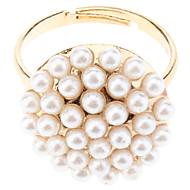 Prsten s kopčom optočen bijelim perlama