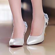 Belles chaussures de mariée ouvertes avec noeuds à l'arrière
