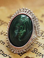 зеленый янтарь дизайн кольца