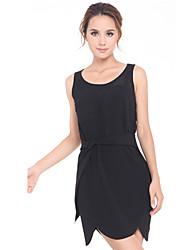 Malha emenda vestido preto de Unifo mostram mulheres