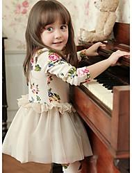 Cópia floral da menina adorável vestido de renda