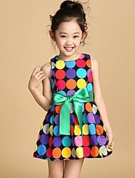 Punto del color del vestido de la muchacha