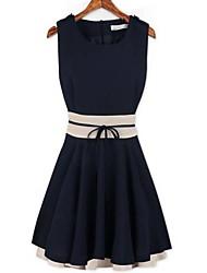 cor do contraste das mulheres vestido plissado com cinto