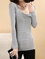 mulheres em torno do pescoço antes de dobramento t-shirt de manga comprida