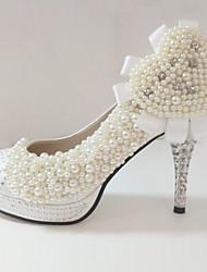 Bombas de cetim de bom gosto com imitação de pérolas sapatos de casamento