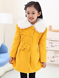 mode manteau en bois de l'oreille de la jeune fille
