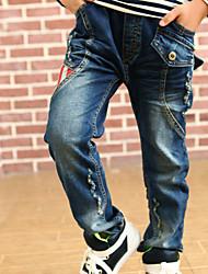 zapatos bordados pantalones vaqueros del muchacho