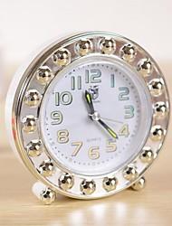 reloj de alarma de moda ocasional multi-forma (entrega al azar)