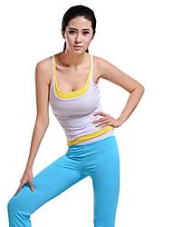 blanco sin mangas y los pantalones de yoga superior