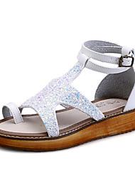 женская обувь пу плоский каблук пип носком / комфорт / круглые сандалии пальца ноги платье черный / белый