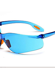 El hombre montado en gafas gafas gafas protectoras de polvo de arena