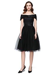 Une ligne de longueur de thé à l'épaule satiné tulle robe de demoiselle d'honneur avec des dentelles