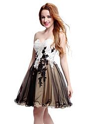 Une ligne sweetheart courte / mini robe de cocktail en tulle en dentelle avec appliques de perles