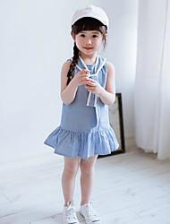 Menina de Vestido Listrado Sem Manga