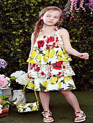 Menina de Vestido Floral Sem Manga