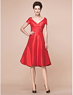 A-line Plus Size / Petite Mother of the Bride Dress Knee-length Short Sleeve Taffeta with Criss Cross / Ruching