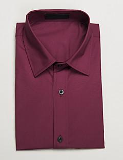 červená košile s krátkým rukávem