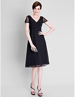 A-linje Plusstørrelse / Petite Kjole til brudens mor - Liten svart kjole Telang Kortermet Chiffon / Tyll - Perler / Ruchiing
